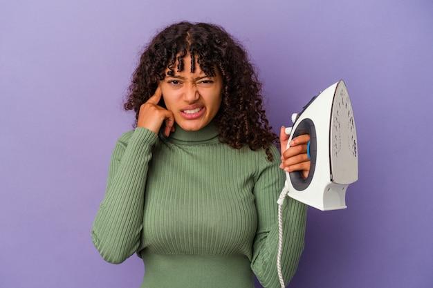 Młoda kobieta rasy mieszanej pozowanie