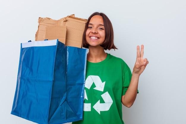 Młoda kobieta rasy mieszanej recyklingu kartonu na białym tle na białym tle pokazuje numer dwa palcami.