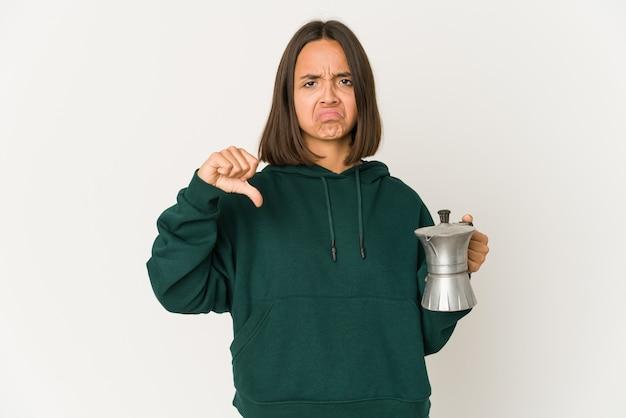 Młoda kobieta rasy mieszanej trzyma kawę