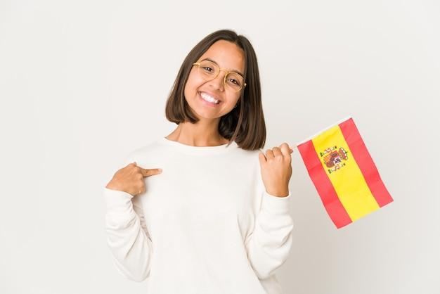 Młoda kobieta rasy mieszanej trzymając flagę hiszpanii