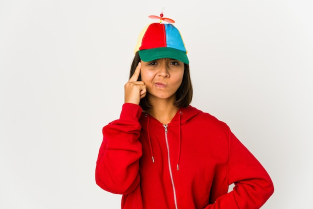 Młoda kobieta rasy mieszanej w czapce