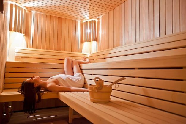 Młoda kobieta relaks w saunie