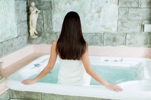 Młoda kobieta relaks w wannie z hydromasażem
