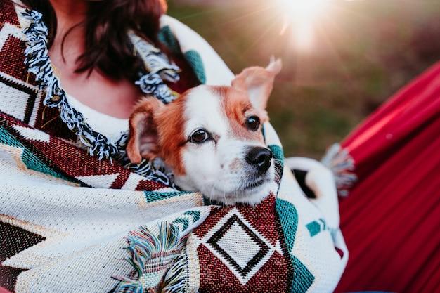 Młoda kobieta relaks z psem w hamaku