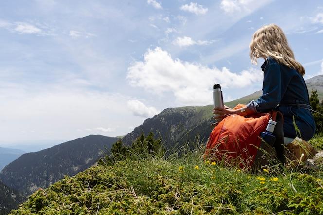 Młoda kobieta relaksująca się na łonie natury