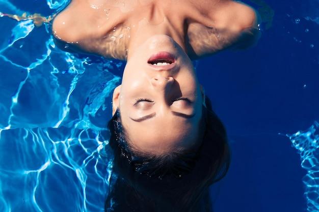 Młoda kobieta relaksuje się w basenie