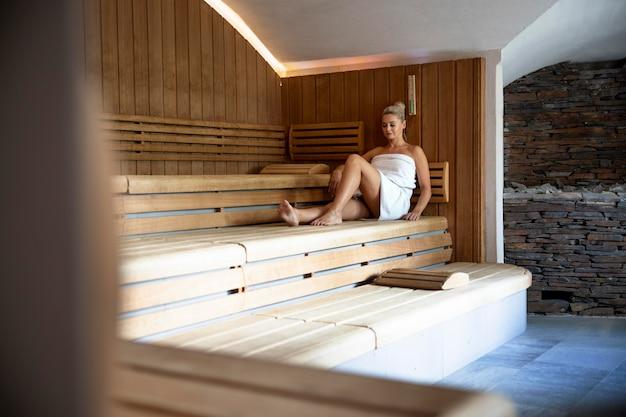 Młoda kobieta relaksuje się w hotelu spa