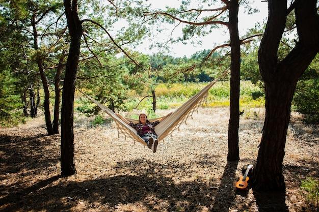 Młoda kobieta relaksuje w hamaku