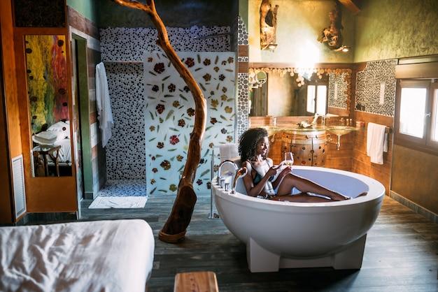 Młoda kobieta relaksuje w hydro masażu skąpaniu