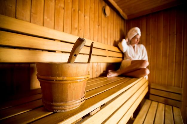 Młoda kobieta relaksuje w sauna przy zdroju centrum