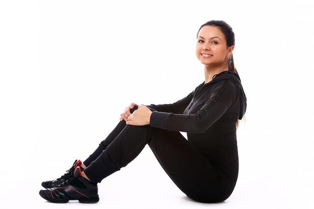 Młoda kobieta robi ćwiczenia fitness