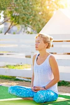 Młoda kobieta robi ćwiczenia jogi