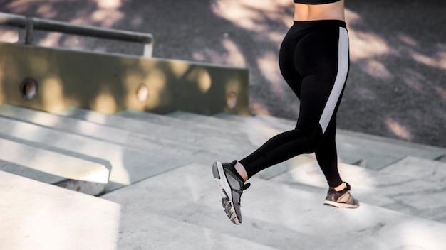 Młoda kobieta robi ćwiczenia na ulicy