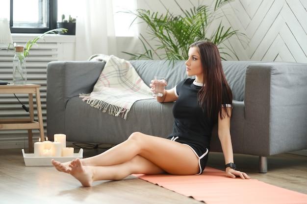 Młoda kobieta robi ćwiczenia w domu