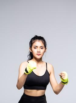 Młoda kobieta robi ćwiczenia z ubrania sportowe