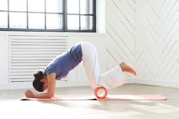 Młoda kobieta robi ćwiczenia