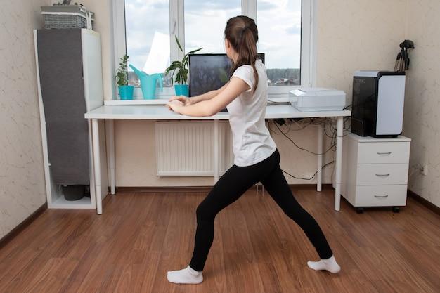 Młoda kobieta robi ćwiczeniom w domu