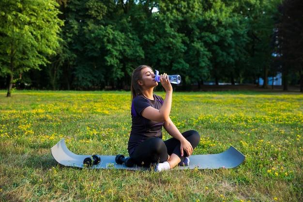 Młoda kobieta robi ćwiczeniom w parku