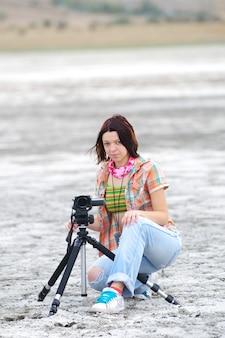 Młoda kobieta robi filmowi