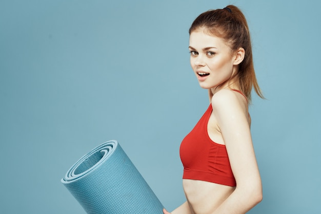Młoda kobieta robi fitness w domu, treningu i jogi.