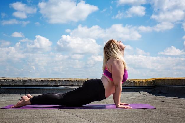 Młoda kobieta robi joga, bhujangasana