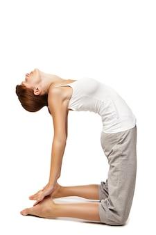 Młoda kobieta robi joga na białym tle na białym tle