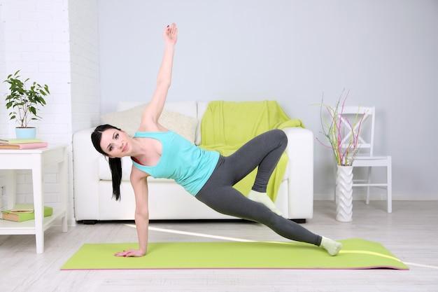 Młoda kobieta robi joga w domu