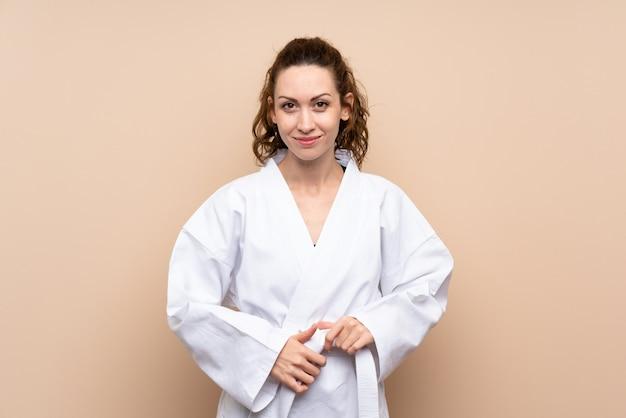 Młoda kobieta robi karate