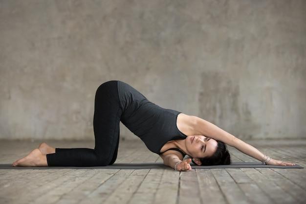 Młoda kobieta robi nić igielny ćwiczenie