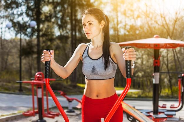 Młoda kobieta robi outdoors ćwiczeniom