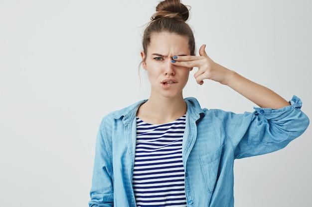 Młoda kobieta robi palcowi gestowi