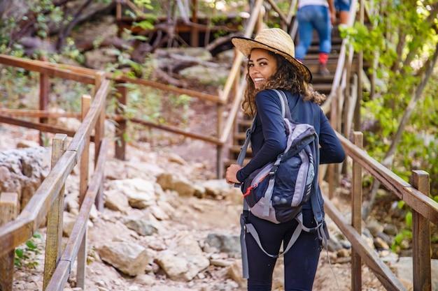 Młoda kobieta robi podróż szlakiem