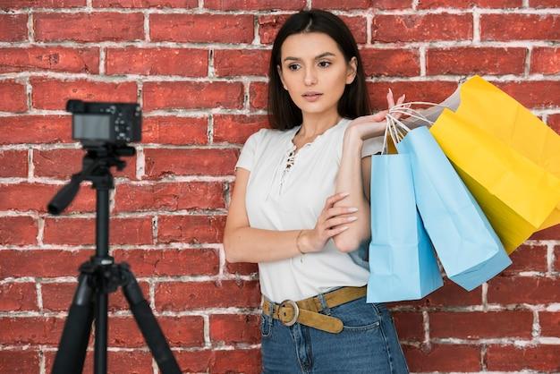 Młoda kobieta robi reklamie