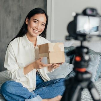 Młoda kobieta robi samouczek online