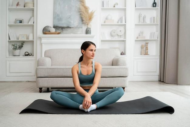 Młoda kobieta robi swój trening w domu