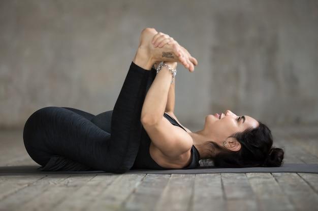 Młoda kobieta robi szczęśliwego dziecka ćwiczeniu