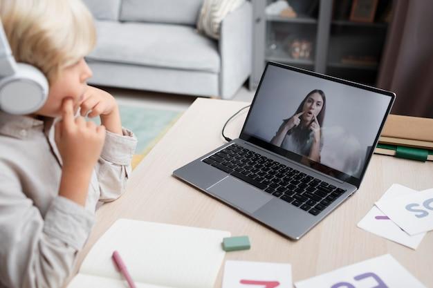 Młoda kobieta robi terapię mowy online