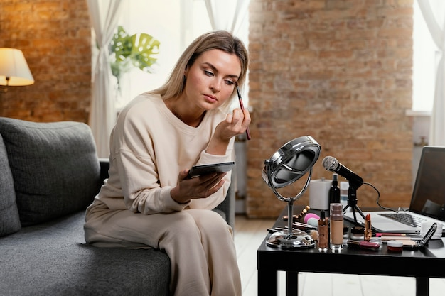 Młoda kobieta robi vlog piękności w domu