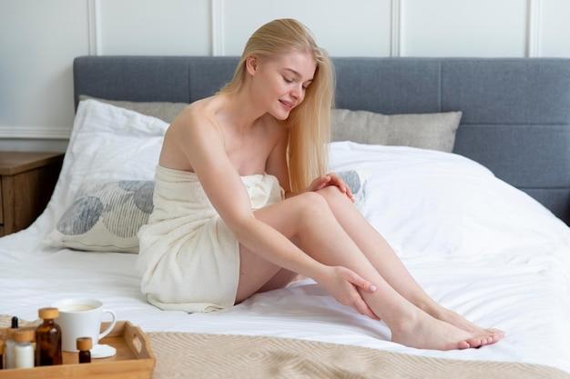 Młoda kobieta robi zabieg samoopieki