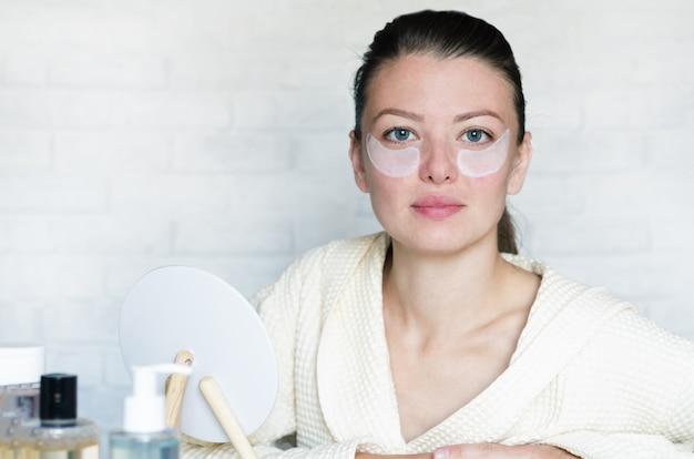 Młoda kobieta robi zabiegi odnowy biologicznej