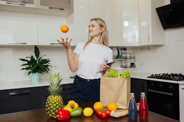 Młoda kobieta robi zakupy online przez telefon.