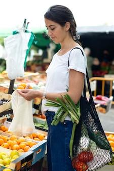 Młoda kobieta robi zakupy spożywcze