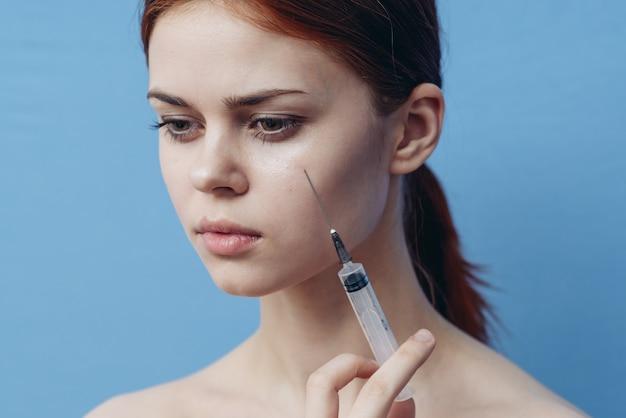 Młoda kobieta robi zastrzyki w twarz, zastrzyki kosmetyczne, zabiegi kosmetyczne