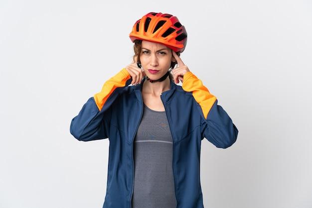 Młoda kobieta rowerzysta ma wątpliwości i myśli