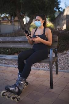 Młoda kobieta rozmawia przez telefon po łyżwach