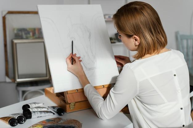 Młoda kobieta, rysunek na płótnie