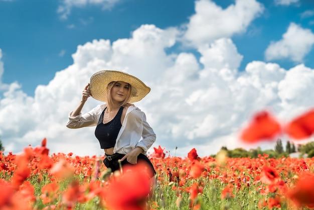 Młoda kobieta sama na mak w letni dzień pola, styl życia