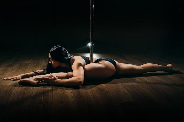 Młoda kobieta sexy pole dance.