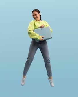 Młoda kobieta skoki na białym tle na niebiesko
