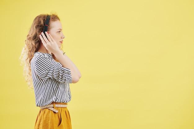 Młoda kobieta słuchanie audiobooka